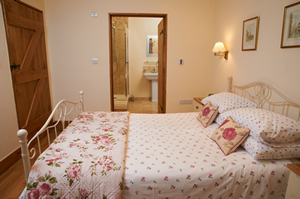 Anvil Holiday Cottage in Biddestone - master bedroom